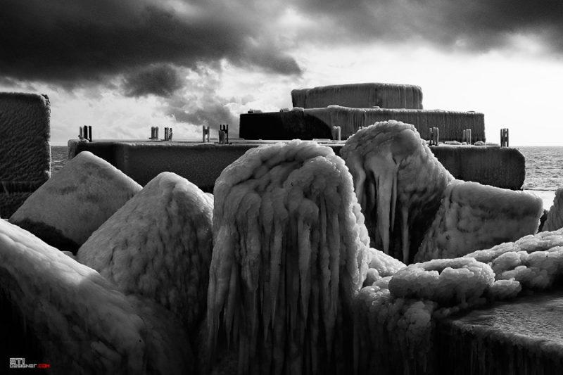 Светослав Иванов зимна черно бяла фотография на замръзнали тетраподи в курорта свети Константин и Елена