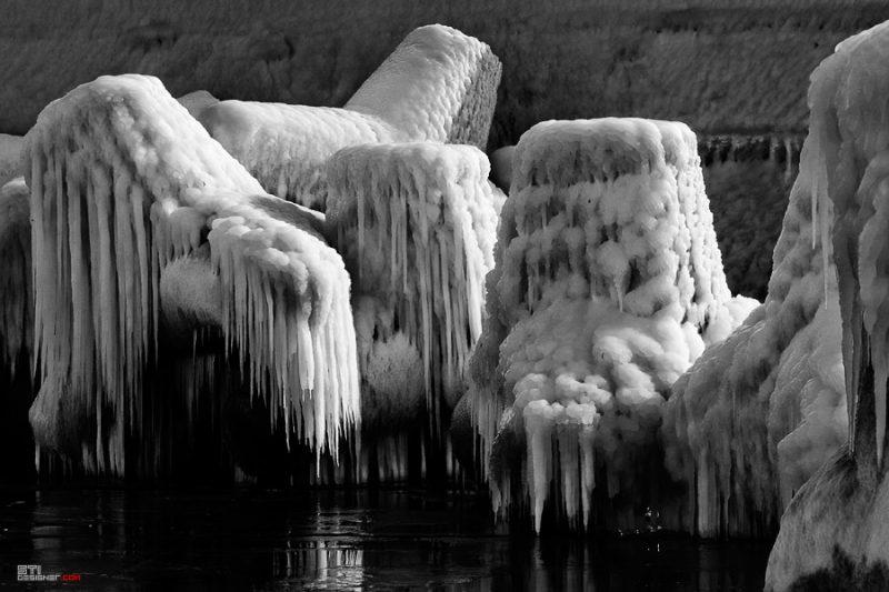 Зимна черно бяла фотография на Светослав Иванов, заледени тетраподи в курорта свети Константин и Елена