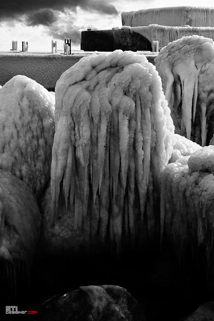 Заледени тетраподи в курорта свети Константин и Елена, черно бяла зимна фотография от Светослав Иванов