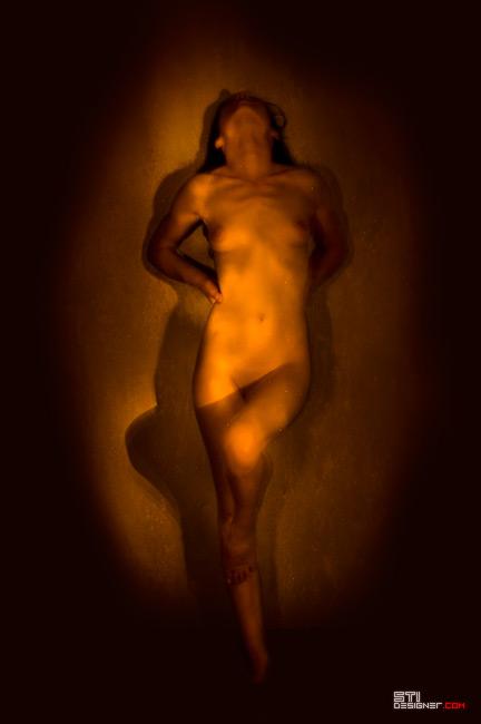 Рисуване със слаба светлина върху голо тяло, експеримент на Светослав Иванов