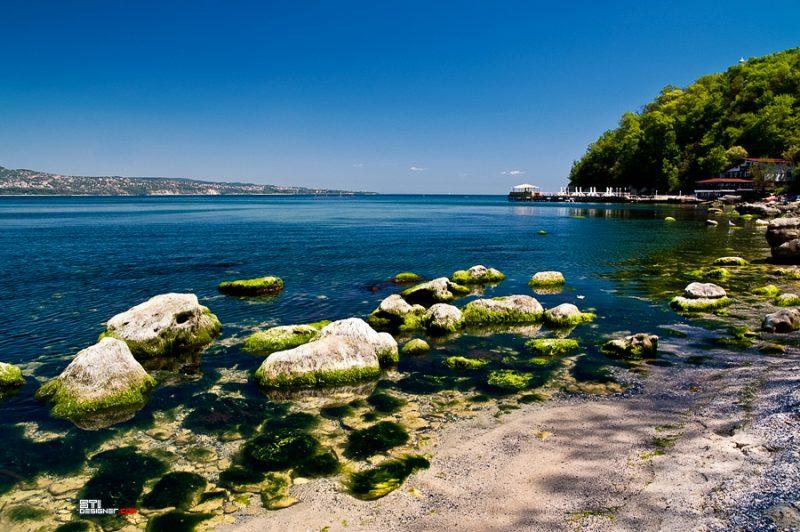 Плажът под морския фар на квартал Галата, Варна - цветна фотография Светослав Иванов