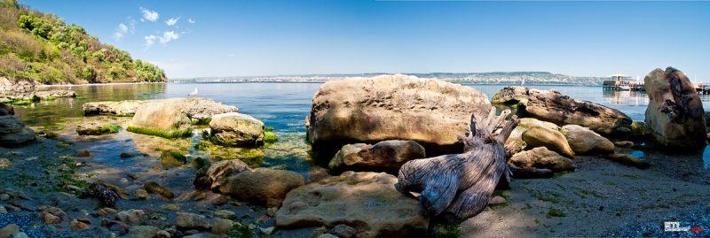 Кея на плажа под морския фар на квартал Галата, Варна - цветна фотография Светослав Иванов