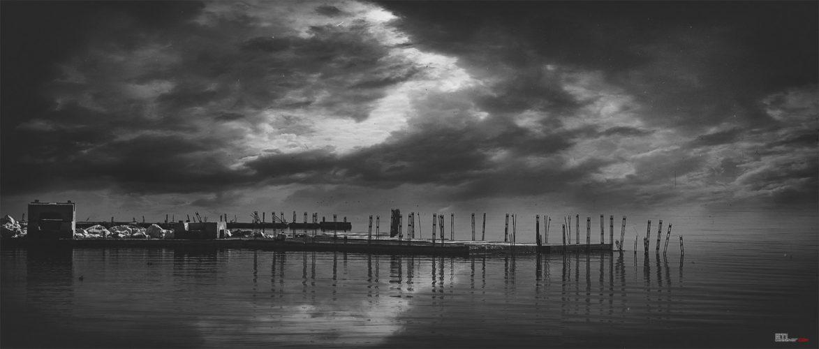 Експериментална фотография двойна експозиция - черно бяля фотография на бетонните кейове в курорт свети Константин и Елена
