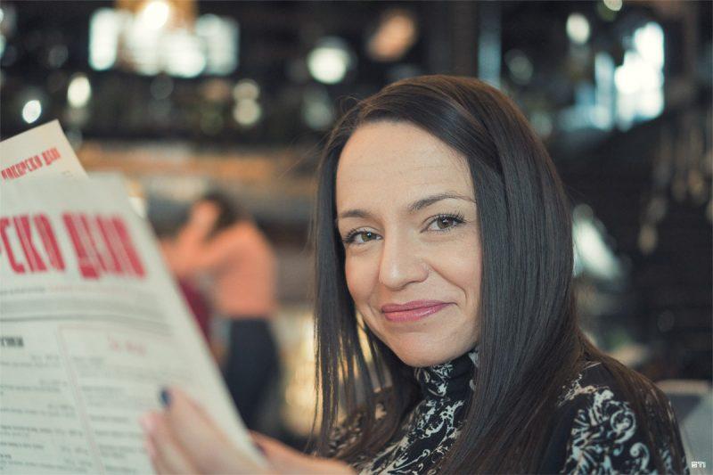 Цветна портретна фотография на жена в ресторант