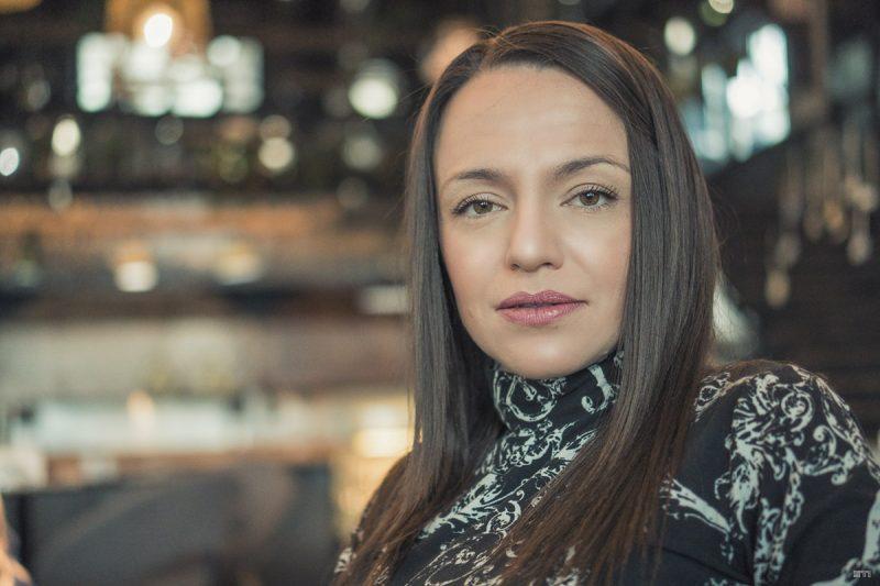 Цветна портретна фотогразия на жена в ресторант