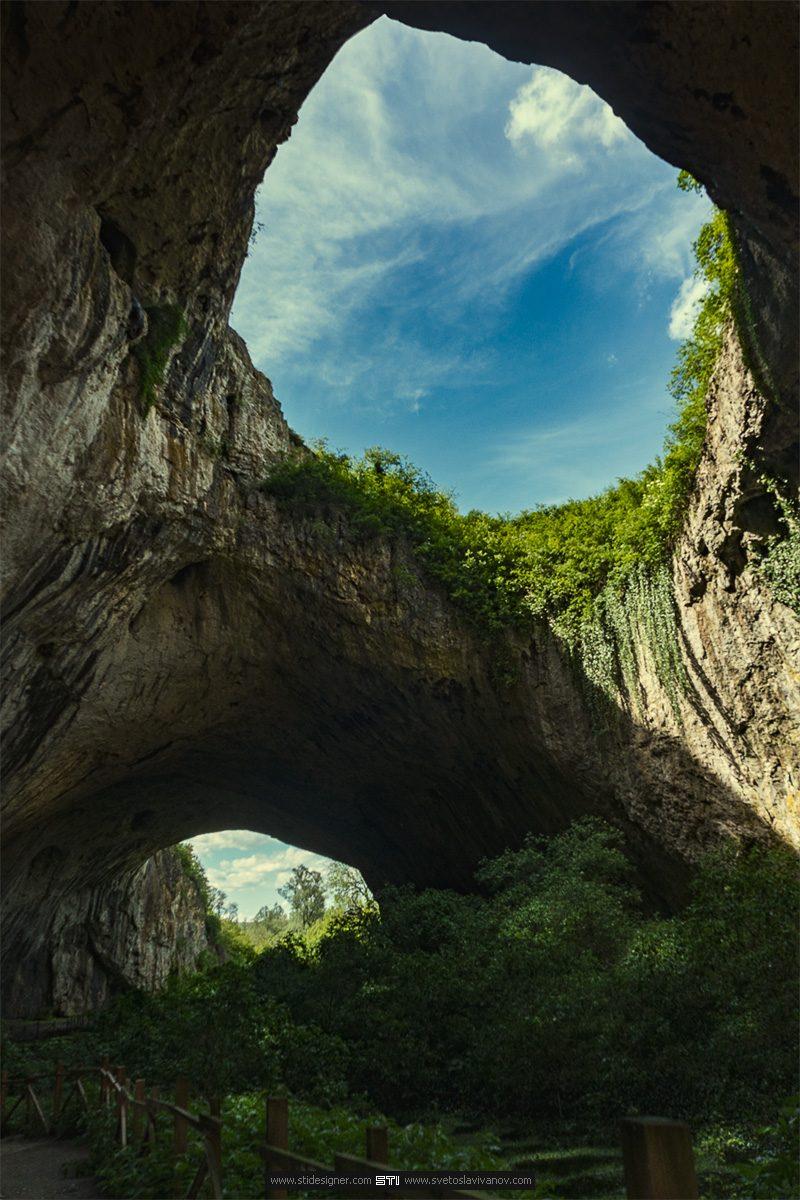 Цветна фотография на Деветашката пещера