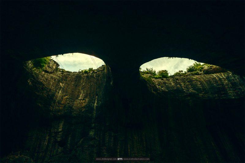 Фронтална снимка на очите в пещера проходна