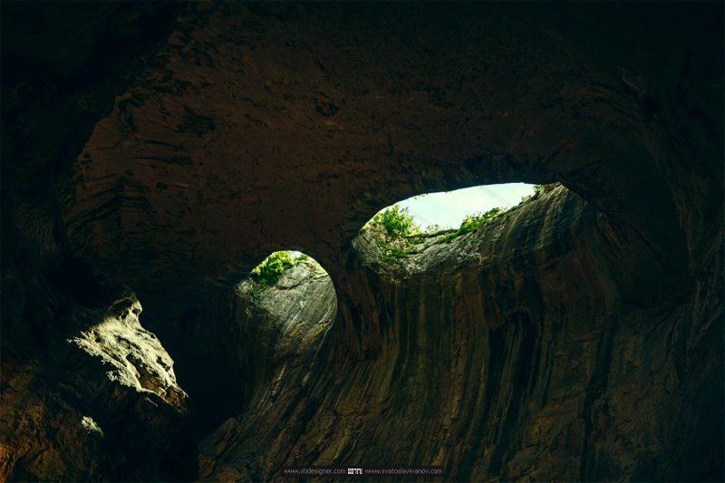 Очите на пещера проходна от пътеката
