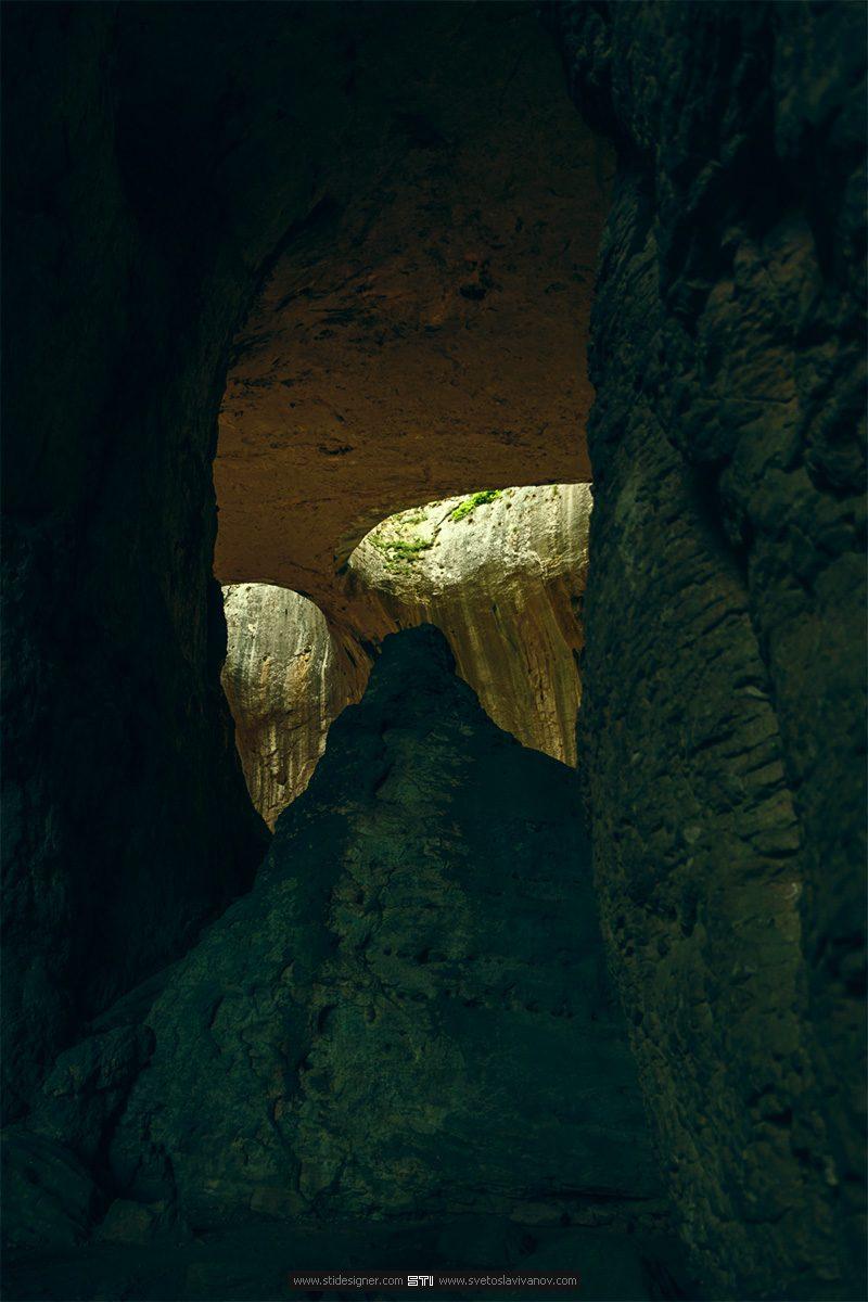 Очите на пещера Проходна между скалите