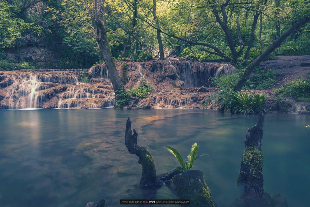 Голямото приказното езеро под терасовидните каскади на Крушунските Водопади в село Крушуна