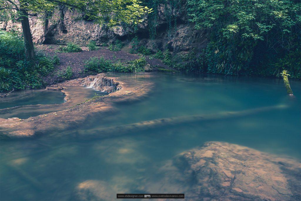 Омагьосаното езеро между терасовидните каскади на Крушунските Водопади в село Крушуна